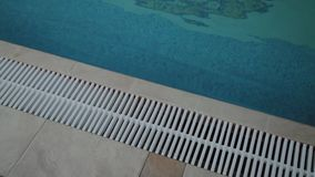 Borde blanco de la piscina interior