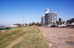 Borde de hierba y calzada pavimentada en frente de la playa Imágenes de archivo libres de regalías