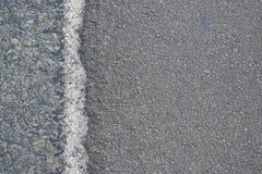 Borde de la carretera de asfalto gris imagen de archivo libre de regalías