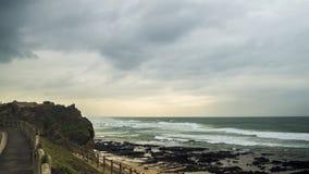 Borde de la carretera y vista al mar foto de archivo