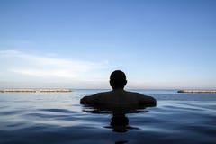 Borde de la piscina del infinito Imágenes de archivo libres de regalías