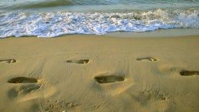 Borde de los rastros del mar de las ondas de agua de arena humana metrajes
