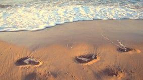 Borde de los rastros del mar de las ondas de agua de arena humana almacen de metraje de vídeo
