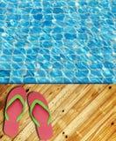 Borde de madera de la piscina del suelo con la superficie del agua Foto de archivo