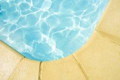 Borde de una piscina Foto de archivo