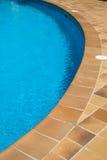 Borde de una piscina Imágenes de archivo libres de regalías