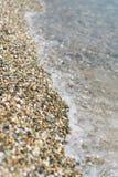 Borde del agua en la playa de piedra blanca imágenes de archivo libres de regalías