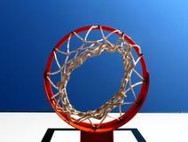 Borde del baloncesto visto de debajo contra el cielo azul claro Imagenes de archivo