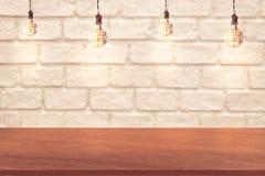 Borde del fondo de madera de la tabla y de la pared de ladrillo foto de archivo