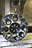 Borde del negro de la aleación del coche nuevo en moler y máquina del torno Fotografía de archivo libre de regalías