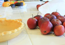 Borde festonado crudo y manzanas orgánicas Fotografía de archivo