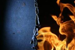 Borde oscuro sobre las llamas del fuego Imagen de archivo libre de regalías