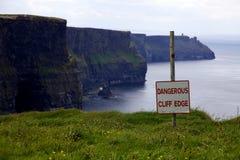 Borde peligroso del acantilado Imagen de archivo libre de regalías