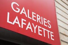 Bordeaux, Aquitaine/Frankrijk - 06 10 2018: onderwijst commercieel teken in de straat voor galeries Lafayette van de merkwinkel Stock Foto's