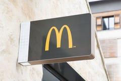 Bordeaux Aquitaine/Frankrike - 06 10 2018: undervisar kommersiellt undertecknar in gatan för märkeskonferenciérestaurangen Mac Do Royaltyfri Foto