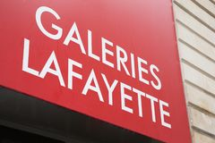 Bordeaux Aquitaine/Frankrike - 06 10 2018: undervisar kommersiellt undertecknar gatan för märket shoppar in galeries Lafayette Arkivfoton