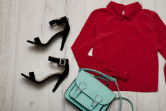 Bordeaux blus, svarta skor, handväska trendigt begrepp spelrum med lampa Royaltyfria Bilder