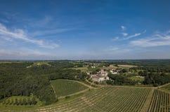 Bordeaux för flyg- sikt vingård på soluppgång, Entre deuxmers, Rions royaltyfria bilder