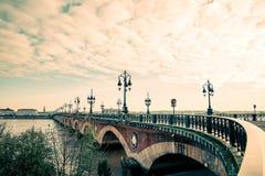 Bordeaux flodbro med domkyrkan för St Michel Arkivbild