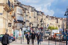 BORDEAUX, FRANCE - 4 AVRIL 2011 : Trois jeunes hommes marchant dedans pour Images stock
