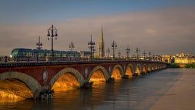 BORDEAUX/FRANCE - 19 DE SETEMBRO: Bonde que passa sobre o Pont de P Fotos de Stock Royalty Free