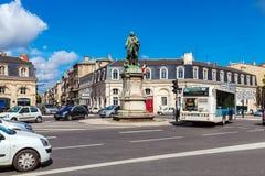 BORDEAUX, FRANCIA - 4 APRILE 2011: Traffico automobilistico vicino alla statua Immagini Stock Libere da Diritti