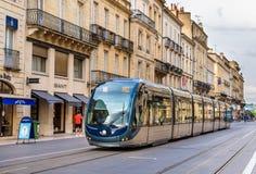 BORDEAUX, FRANCIA - 12 GIUGNO: Tram di CITADIS 402 dell'Alstom il 12 giugno, Fotografia Stock