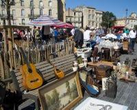 BORDEAUX, FRANCIA - 6 SETTEMBRE 2015: Mercato delle pulci disposto nel centro del Bordeaux, l'Aquitania, Francia, settembre 2015 Fotografie Stock Libere da Diritti