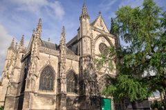 Bordeaux, Frankreich - 6. Juni 2017: Schöner blauer Himmel an Basilique-Saint-Michel ist eine der berühmtesten Anziehungskräfte d stockfotos