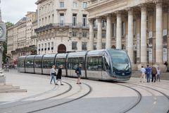 Bordeaux, l'Aquitaine/France - 06 11 2018 : Personnes de scène de rue de ville marchant sur la rue avec la tramway en Bordeaux ce Photo libre de droits