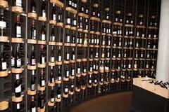 Bordeaux Nouvelle aquitaine/Frankrike - 06 20 2018: bottenvåning, there's en bokhandel, en vinstång och tillfällig restaurang Fotografering för Bildbyråer