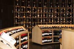 Bordeaux Nouvelle aquitaine/Frankrike - 06 20 2018: Citera du Vin Stocked 14.000 flaskor som föreställer 80 länder denna grotta e Fotografering för Bildbyråer