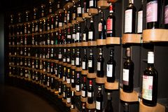 Bordeaux, nuova l'Aquitania/Francia - 06 20 2018: Citi du Vin moderno, spazio alla moda aperto a tutti, montrando una selezione d immagine stock