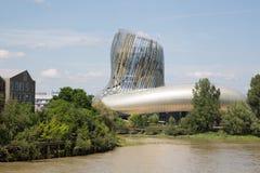 Bordeaux, nuova l'Aquitania/Francia - 06 20 2018: nuovo citi du Vin in Bordeaux è wi dell'internazionale del ` la s prima del mon fotografie stock libere da diritti