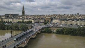 Bordeaux, Pont de Pierre, alte steinige Brücke im Bordeaux an einem schönen Sommertag lizenzfreies stockfoto