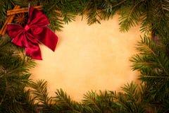 Bordeauxboog op oud document, Kerstmisdecoratie Stock Afbeelding
