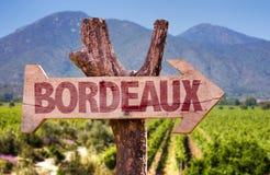 Bordeauxholzschild mit Weinkellereihintergrund Lizenzfreie Stockfotografie
