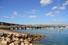 在口岸, Bordeira,阿尔加威,葡萄牙的渔船 免版税库存照片