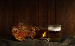 Bordi affumicati con birra Immagini Stock
