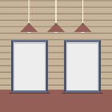 Bordi in bianco stabiliti con le lampade del soffitto sulla parete di legno Immagine Stock