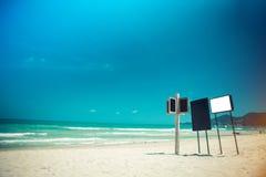 Bordi dei segni sulla spiaggia Fotografia Stock Libera da Diritti