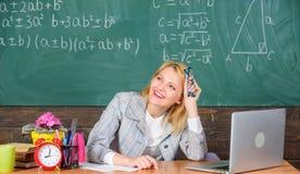 Bordi di lavoro online o pagine di carriere Lavoro felice dell'insegnante nel fondo della lavagna della scuola Donna piacevole al fotografia stock