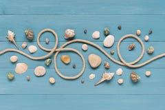 Bordi di legno blu decorati con la corda Immagini Stock