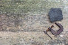 Bordi di legno del pallet stagionato verde con la lana d'acciaio e di Rusty Clamp lungo la destra fotografie stock libere da diritti