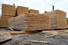 Bordi di legno impilati nel magazzino fotografie stock libere da diritti