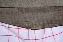 Bordi di legno rustici con un tovagliolo a quadretti rosso con lo spazio della copia per il vostro menu o ricetta Fotografia Stock Libera da Diritti
