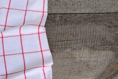 Bordi di legno rustici con un tovagliolo a quadretti rosso con lo spazio della copia per il vostro menu o ricetta Immagini Stock