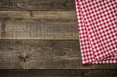 Bordi di legno rustici con una tovaglia a quadretti Immagini Stock Libere da Diritti