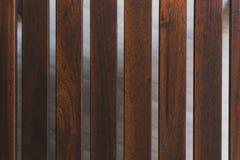 Bordi di marrone scuro la distanza fra le plance di legno fotografia stock