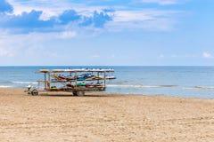 Bordi di spuma sulla spiaggia abbandonata Fotografia Stock